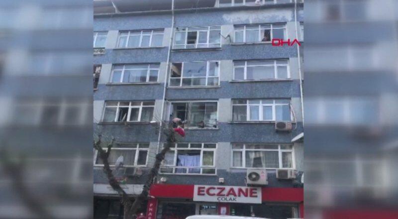 Cinnet getirdi, evdeki her şeyi sokağa fırlattı | Video
