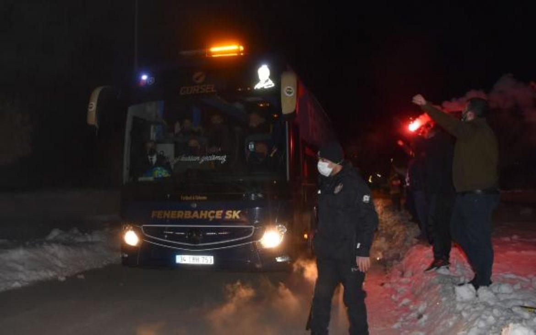Fenerbahçe kafilesi Sivas'ta -13 derecede meşalelerle karşılandı