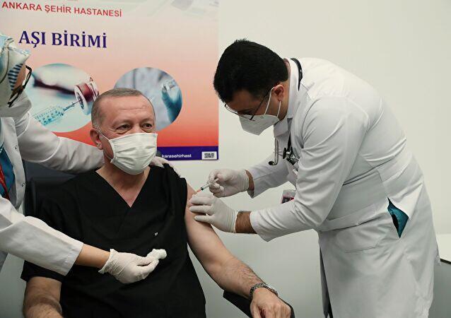 Herkes onu konuştu! Cumhurbaşkanı Erdoğan'a aşı yapan doktor sosyal medyada gündem oldu