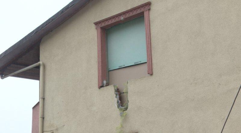 İnşaatta beton boru devrildi, yakındaki evde hasar meydana geldi