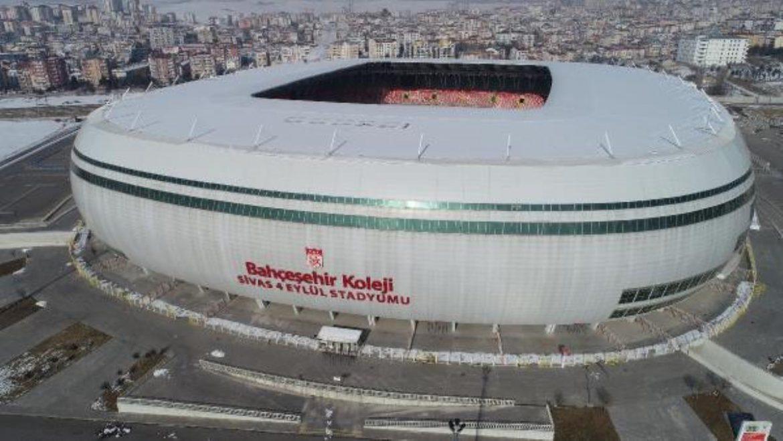 Sivasspor-Fenerbahçe maçı öncesi stadın yarısı beyaz yarısı yeşil