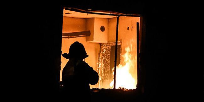 Tek katlı ev yangında kullanılamaz hale geldi