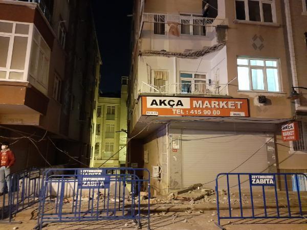 3 katlı binanın ikinci katındaki balkon çöktü