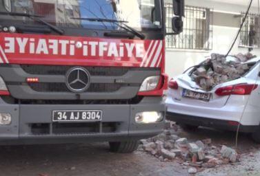Beyoğlu'nda çatı duvarı çöktü
