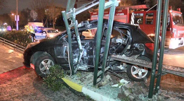 İstanbul'da otomobil otobüs durağına çarptı