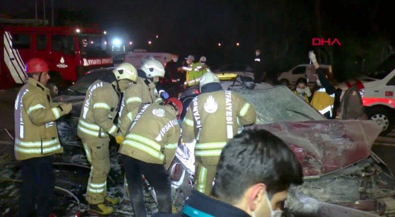 Sarıyer'deki kazada 2 kişi araç içinde sıkıştı