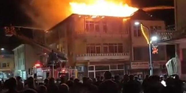 İş merkezinin çatısında yangın çıktı; Meraklı kalabalık sosyal mesafeyi unuttu