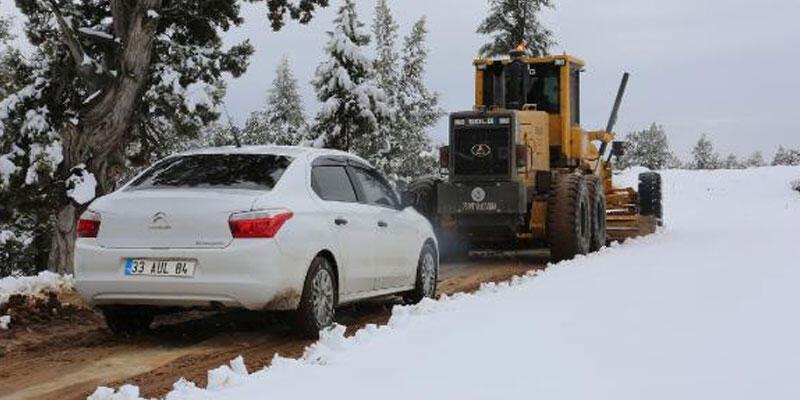 Karda mahsur kalan vatandaşların yardımına belediye ekipleri yetişti
