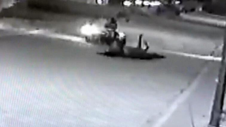 Motosiklet sürücüsü ağaca bağlı atın ipine takılıp böyle devrildi