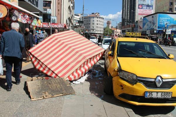 Otomobille çarpışan taksi, simit tezgahına daldı
