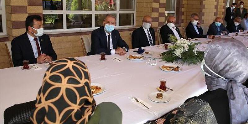 Bakan Akar, Kayseri'de şehit yakınları ve gazilerle bir araya geldi