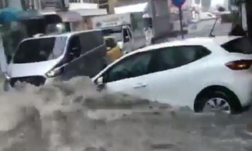 Samsun'da sağanak: Yollar göle döndü, araçlar sürüklendi
