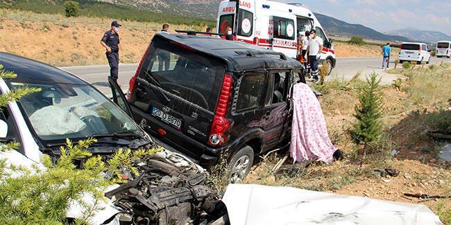 Ciple otomobil çarpıştı: 1 ölü, 2 yaralı