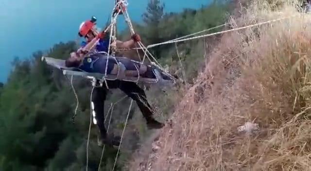 Yamaçta manzara izlerken 30 metre yükseklikten düştü