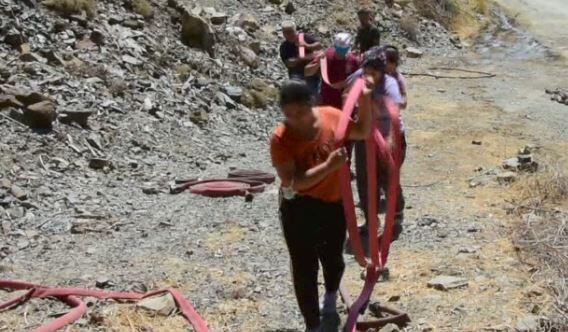 İşçilere sırtında hortum taşıdı