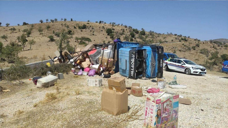 Manisa'da nakliye kamyonu devrildi: 7 yaralı