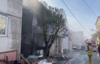 Alevler 3 katlı binayı sardı